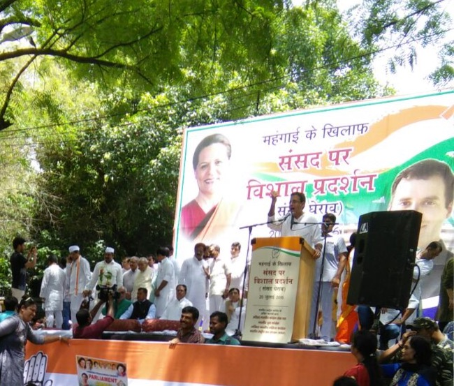 All India Mahila Congress against inflation and the huge Parliament siege of the Indian Youth Congress